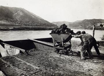 Al moll de la mina Previsió carregaven un llaüt de lignit